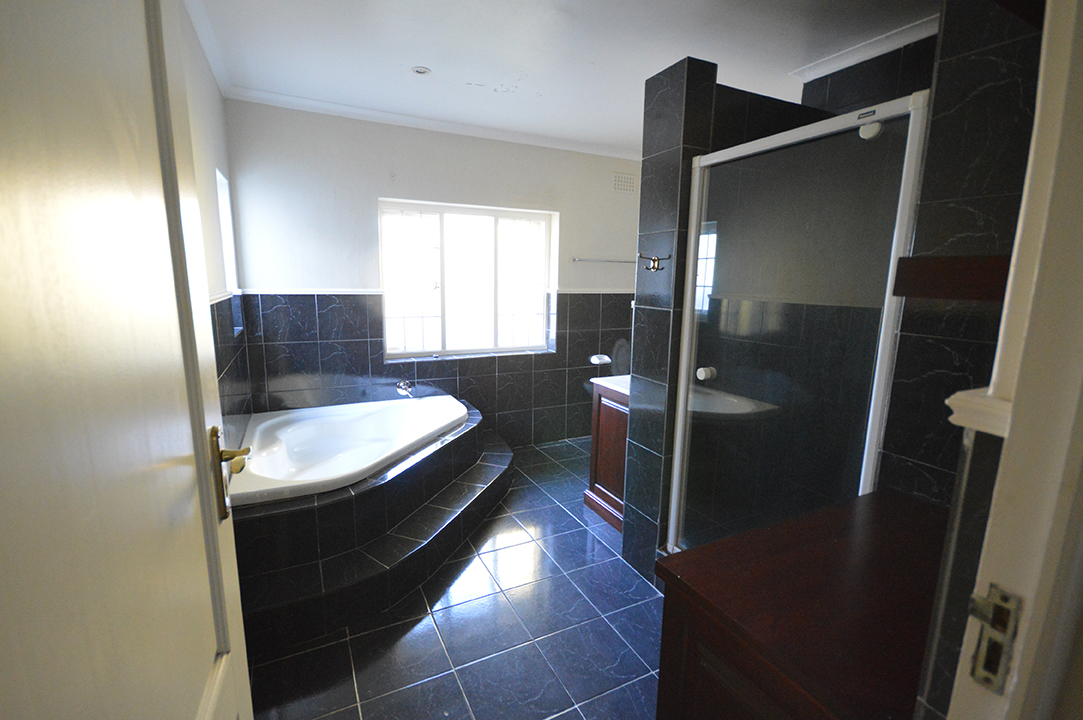 Main en Suite Before