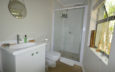 Small guest en suite bathroom