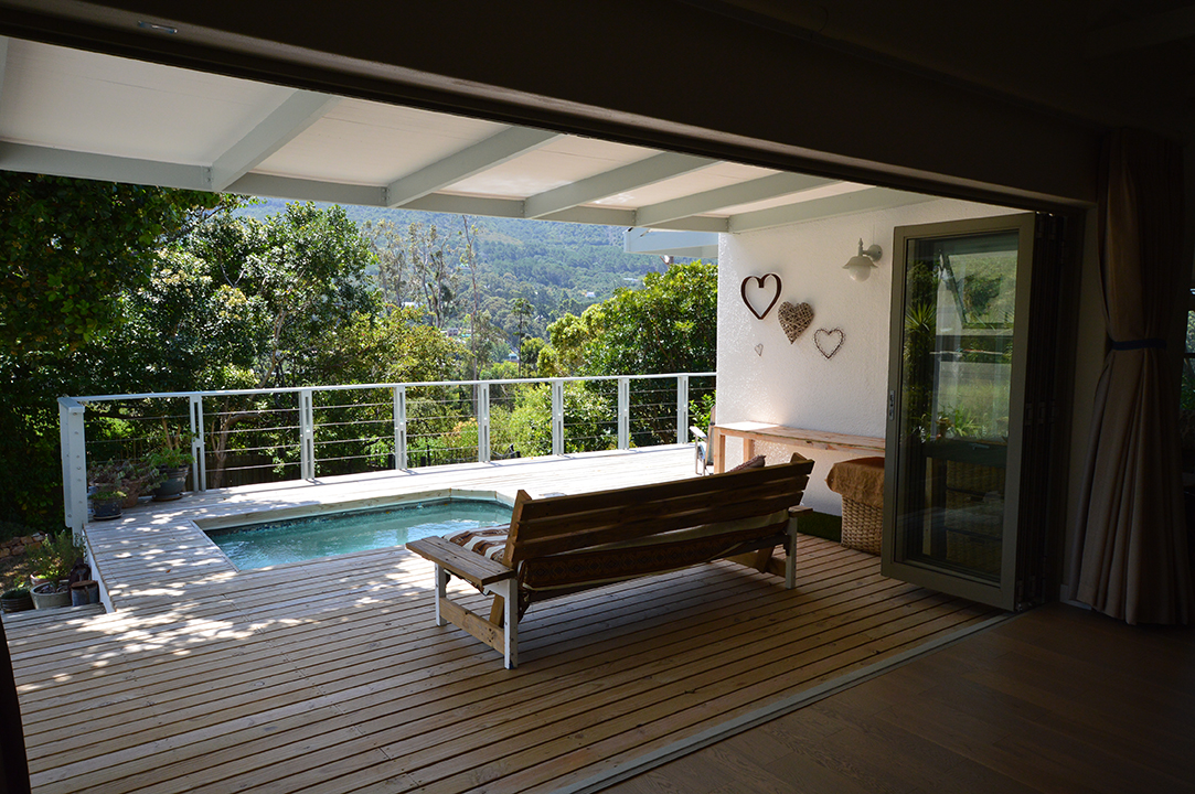 Open plan living to pool and patio