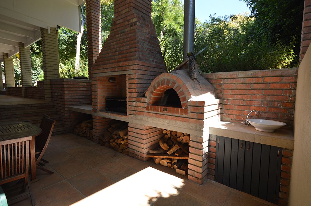 Pizza oven and braai area